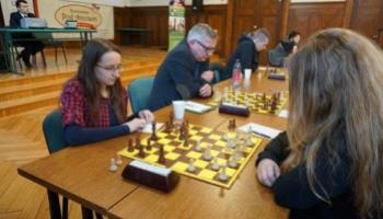 gracze przy polu szachowym