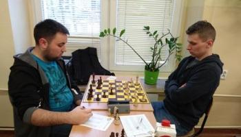 dwóch zawodników przy szachach