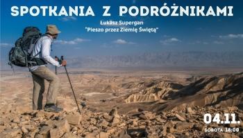 zdjęcie poróżnika przemierzającego pustynię
