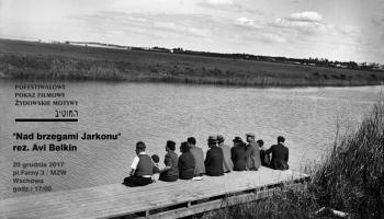 ludzie siedzący nad rzeką