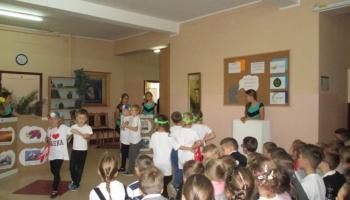 przedstawienie teatralne wykonane przez uczniów