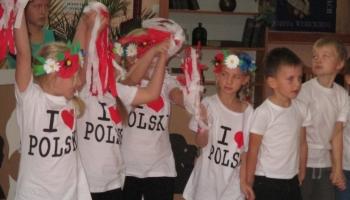dzieci w koszulkach kocham Polskę