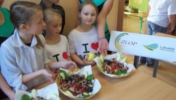 uczniowie z przygotowanymi daniami