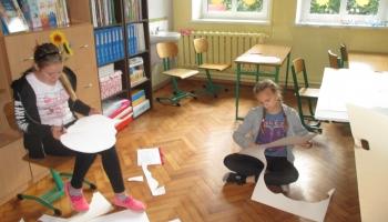 dwie dziewczynki wycinają prace