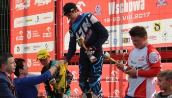 Wręczenie pucharów zawodnikom na podium
