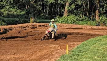 zawodnik na motorze podczas wyścigu
