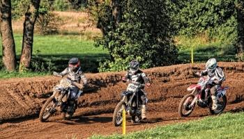 trzej zawodnicy na motorze podczas wyścigu