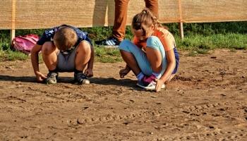 dwoje dzieci bawiących się w piasku