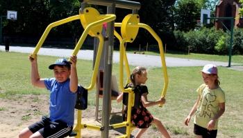 dzieci ćwiczące na nowych sprzętach