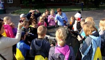 grupa dzieci nad grą miejską w krakowie