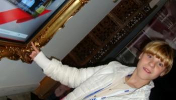 dziewczynka przy tablicy interaktywnej we wschowskiej bibliotece