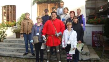 dzieci z przebranym rycerzem na dziedzińcu zamka krórewskiego we Wschowie