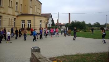 dzieci uczące się krakowiaka