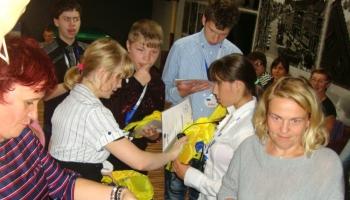 dzieic i opiekunowie biorący udział w zabawach