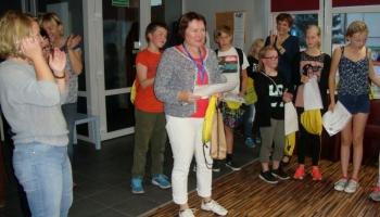 dzieci i opiekunowie trzymający dyplomy