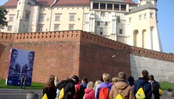 dzieci przy zamku w Krakowie