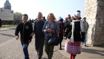 grupa dzieci z opiekunami idąca ulicą w Krakowie