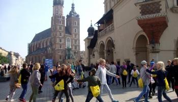 dzieci tańczą krakowiaka na rynku w Krakowie