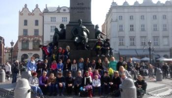 grupowe zdjęcie dzieci i opiekunów w Krakowie