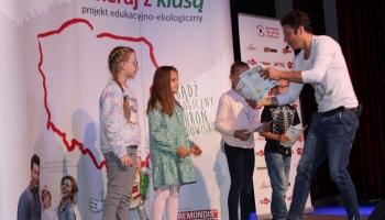 mariusz totoszko prowadzi zabawy edukacyjne z dziećmi