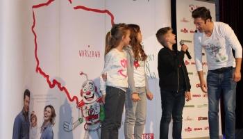 mariusz totoszko śpiewa na scenie z dziećmi