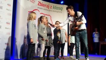 Mariusz Totoszko ze śpiewającymi dziećmi