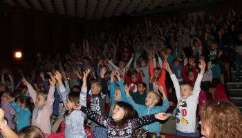 klaskające i śpiewające dzieci na widowni
