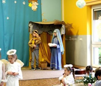 dzieci w przebraniach świątecznych