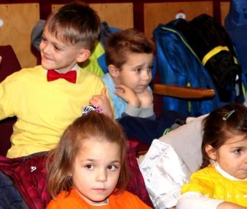 dzieci siedzące na widowni