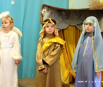 dzieci przebrane w stroje jezusa, maryi i anioła