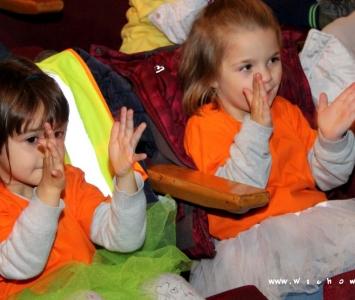 dwie dziewczynki siedzące na widowni
