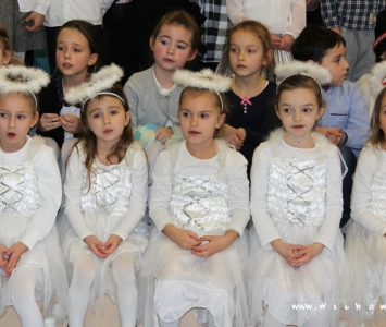dziewczynki w przebraniu aniołków