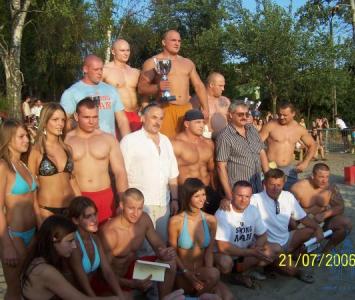 grupa strongmenów pozująca do zdjęcia