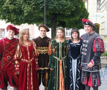 grupa młodych ludzi przebrana w sredniowieczne stroje