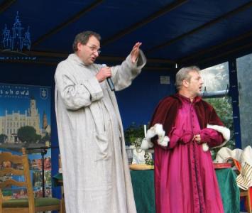 dwójka mężczyzn w średniowiecznych szatach