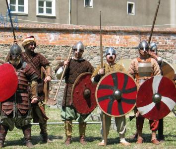 mężczyźni przebrani za średniowiecznych wojowników