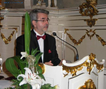 mężczyzna na białej mównicy
