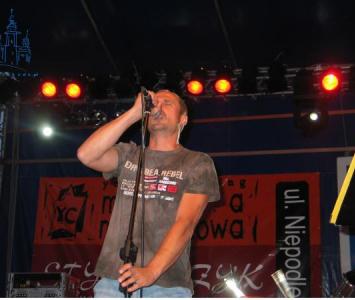 mężczyzna na scenie podczas śpiewania do mikrofonu