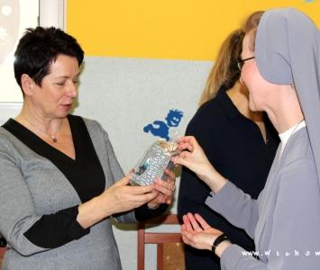 burmistrz otrzymuje świąteczną szopkę
