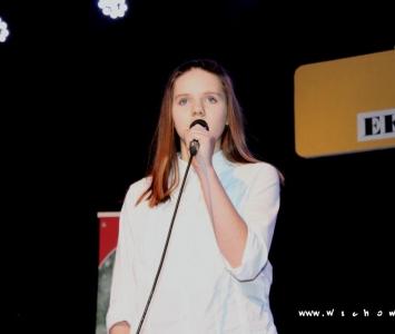 solistka śpiewająca  na scenie