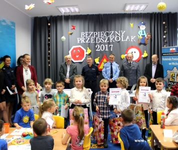 dzieci o organizatorzy konkursu