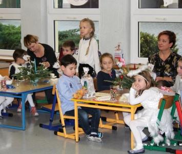 dzieci przy stole