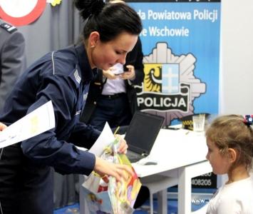 policjantka wręcza nagrodę dziewczynce