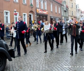 młodzieżowa orkiestra dęta w przemarszu