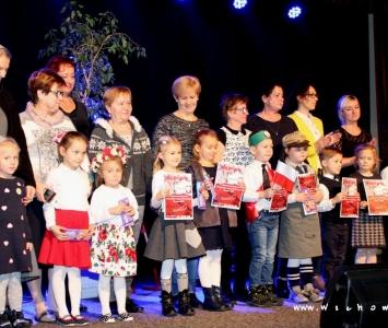 zdjęcie grupowe przedszkolaków z opiekunami