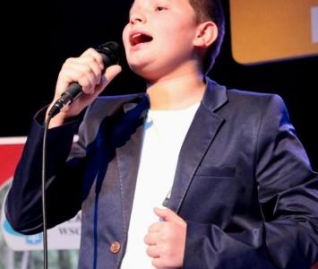 solista śpiewający na scenie
