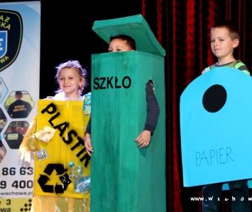 dzieci przebrane w papierowe pojemniki do selektywnej zbiórki odpadów