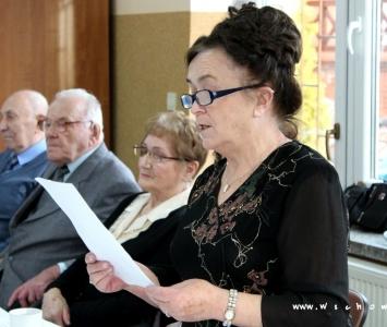 uczestniczka Domu Dziennego Pobytu odczytuje wiersz