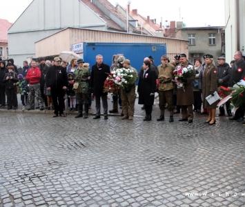 zebrani przy tablicy upamiętniającej wiec polski