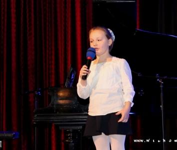 śpiewająca dziewczynka